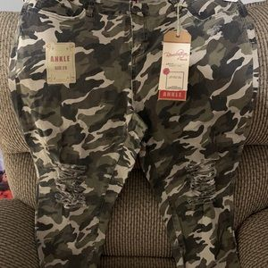 Camouflage jeans size 20 brand new !